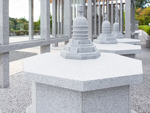 永代供養墓は天慈観音様のお傍にあります。